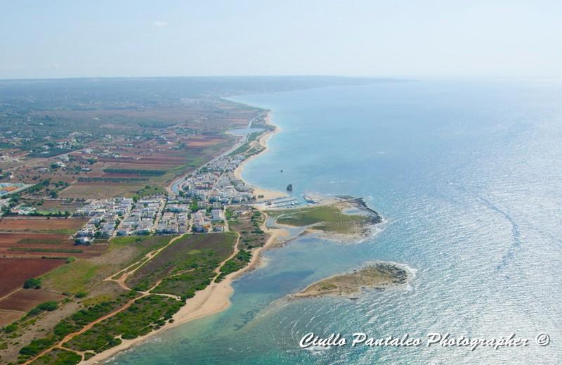 Sulla foto aerea si intravedono i lavori di bonifica nella zona tra Torre Pali e Pescoluse